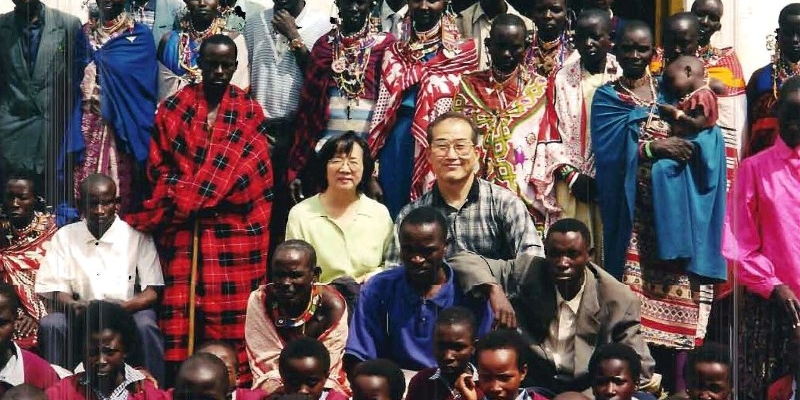 1988 - 케냐 맛사이족<br> 주일예배 후, 맛사이 성도들과 함께한 김정복 목사 부부