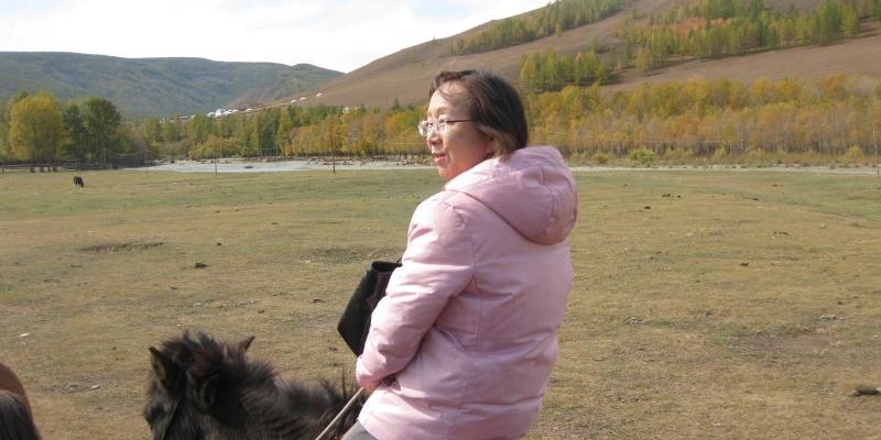 "<span style=""font-weight:bold"">2009년 9월 몽골선교</span><br> 나귀를 타고 몽골 마을로 들어가는 김정복 목사 부부 (몽골선교)"