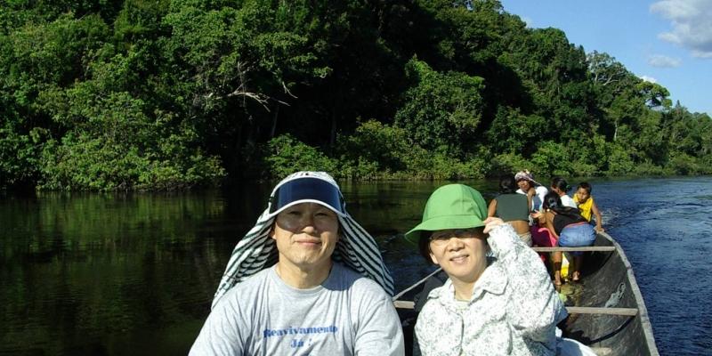 김정복 목사<br> 까누를 타고 아마존 강을 건너는 장면이다.