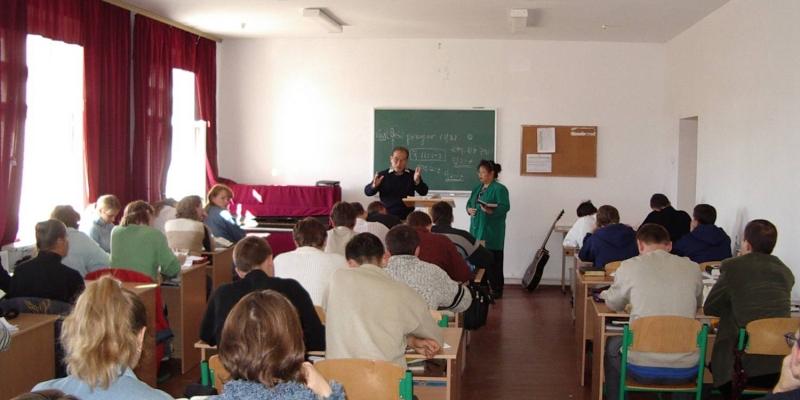 2003 - 우크라이나 키에브 신학교<br> 우크라이나 키에브 신학교에서 기도세미나를 인도하는 김정복 목사 (2003.9.18.)